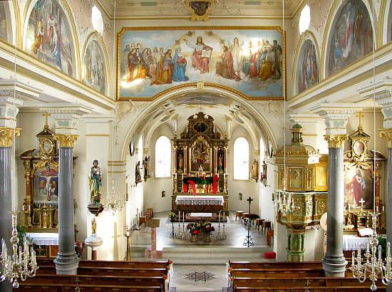 erhöhtes lesepult in christlichen kirchen